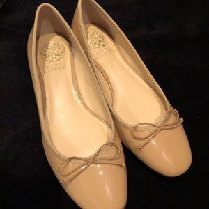 Vince Camuto 6.5 nude patent ballet shoe with bow